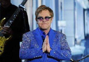 Slavnostního večera se účastnil i zpěvák Elton John.