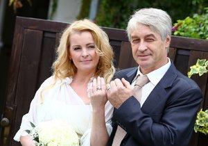 Iveta Bartošová se dnes provdala za Josefa Rychtáře.