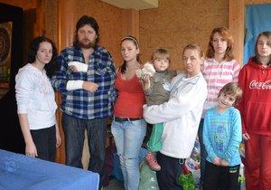 Krutá rána před Vánoci: 9členná rodina vyhořela, bydlí v hospodě