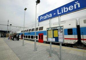 Vyprošťování probíhá nedaleko libeňské vlakové stanice.