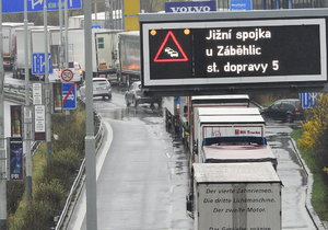 Obce v okolí Prahy se obávají nového roku, kdy by měl vejít v platnost zákaz průjezdu kamionů hlavním městem.