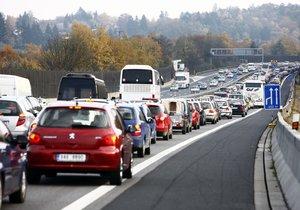 Na úseku dálnice D1 před Prahou znovu probíhají opravy. Kolony, které vznikly kvůli předchozím opravám, totiž narušily kvalitu asfaltu v sousední části dálnice. (ilustrační foto)