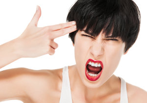 Před menstruací se u některých žen mohou objevovat depresivní a úzkostné stavy, stejně jako náladovost a sklon k výbuchům vzteku