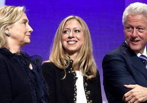 Bill Clinton a jeho manželka Hillary se těší z vnoučátka. Dcera Chelsea porodila syna.