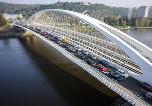 Otevření Trojského mostu v Praze pro dopravu: Na mostu se hned první den začaly tvořit kolony.