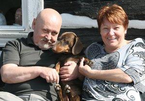 S manželkou Drahomírou a jezevčíkem Čendou, kterého mají už šest let.
