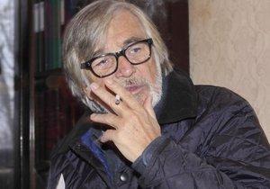 Herec Jiří Bartoška se cigaret nevzdá.