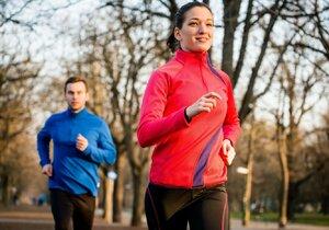 Výhodou sportů, jako je chůze nebo běh, je, že k nim zase tak moc nepotřebujete. Přitom na kila navíc výborně zabírají.