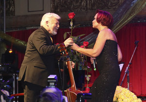 Koncert k 70. narozeninám Milana Drobného: Oslavenec a gratulantka Petra Janů