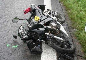 Tragická nehoda na Havlíčkobrodsku: Motorkář narazil do stromu, nehodu nepřežil