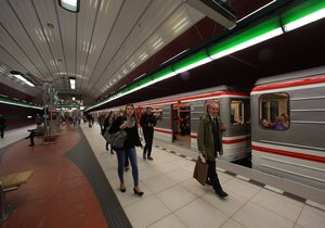 Ve stanici metra Bořislavka se ocitla osoba pod soupravou, doprava stojí (ilustrační foto).