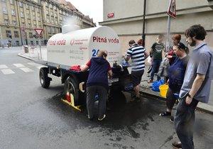 Fronta na pitnou vodu v pražských Dejvicích.