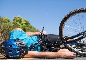 Cyklistu našli pod jeho kolem na silnici. Byl už mrtvý. (Ilustrační foto)