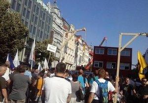 Účastníci demonstrace proti islámu a migraci 1. července v centru Prahy nesli makety šibenic