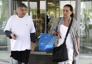 Pavel Soukup s manželkou Isabelou ve chvíli, kdy po hercově kolapsu opouštěli nemocnici.