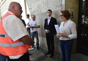 Primátorka převzala od taxikářů petici