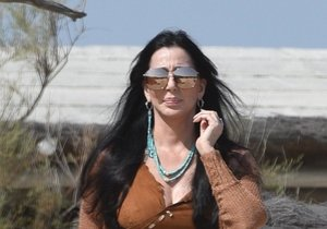 Cher se procházela po pláži v Saint-Tropez. Do plavek se ale neodvážila.