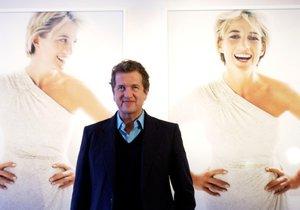 Mario Testino pózuje před fotografiemi princezny Diany, které pořídil za jejího života.
