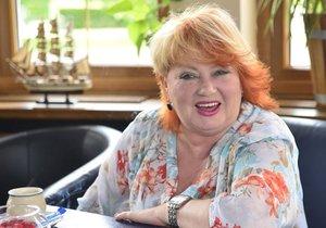 Věra Špinarová je v soukromí po dvou rozvodech single a nedá dopustit na syna Adama, s nímž vystupuje.