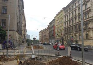 Semafory rostou na křížení Legerovy s Wenzigovou ulicí, tedy kousek za Nuselským mostem.