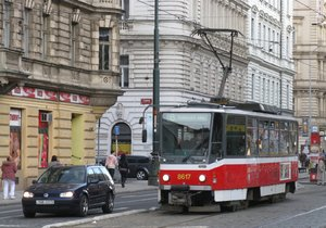 Na Újezdě srazila tramvaj chodce. Doprava musela jezdit odklonem