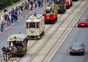 Prahou projel průvod tramvají. Dopravní podnik slaví 140 let MHD v metropoli.
