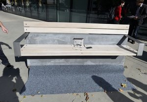 Chytrá lavička, která umí dobít mobilní zařízení, byla představena v Praze. Lavička využívá pouze solární energii a dokáže dobít telefony, tablety, čtečky nebo fotoaparáty, poskytnout internetové připojení či monitorovat znečištění ovzduší.