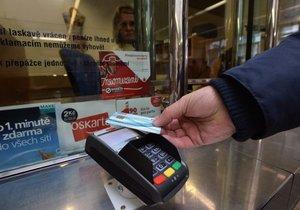 Česká pošta začala 30. září nabízet možnost platby kartou. Zatím se to ale týká jen tří pražských pošt, do konce příštího roku mají být terminály na 700 poštovních pobočkách z celkem 3200. Na snímku je pošta v Olšanské ulici v Praze 3, která již možnost nabízí.