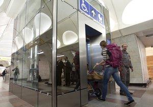 Stanice metra Anděl je konečně bezbariérová. Výtahy vedou do hloubky 30 metrů, spojuje je chodba.