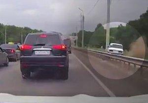 Řidič žigulíku se v Rusku nepáral se zácpou. Auto vzal mimo silnici do terénu.