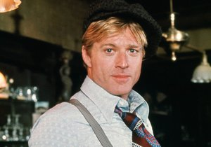 Robert Redford v roli podvodníka Johnnyho Hookera ve filmu Podraz (1973). Společně s Paulem Newmanem v něm vytvořili dvojici podvodníků, která se rozhodne pořádně zavařit mafiánskému bossu Lonneganovi.