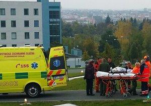 Hasiči vytáhli těžce zraněného muže ze světlíku mezi domy v Plzni: Ten pak v nemocnici zemřel