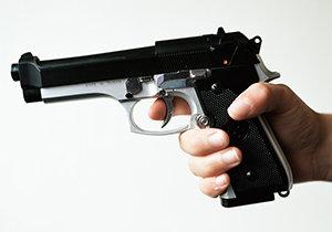 Dva muži přepadli v Nuslích třetího. Ten měl u sebe zbraň, a tak spustil varovnou střelbu.