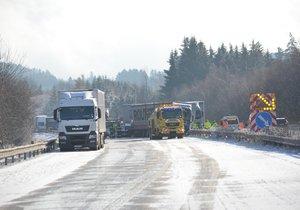 Některé silnice byly v úterý ráno uzavřené kvůli hustému sněžení a dopravním nehodám.