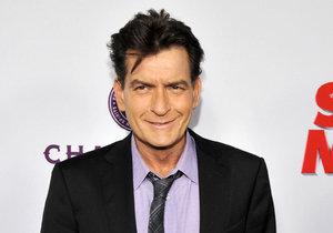 Charlie Sheen se nechal natočit, jak kouří crack a dělá orál muži.