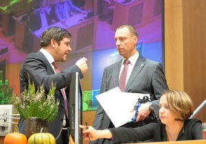 Zástupci bývalých koaličních stran podepsali, že rozpočet projde zastupitelstvem.