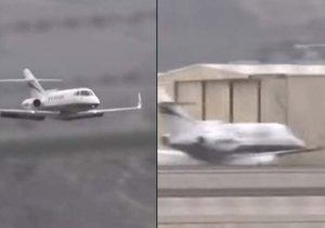 Pilot letadla přistál bez vysunutého podvozku na spodní část trupu.