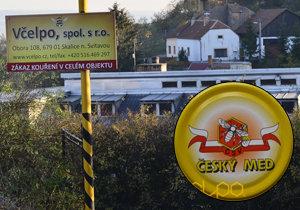 Včelpo si může bez problému koupit víčka s nápisem český med. Co dá pod ně už je na nich.