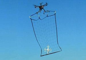V Japonsku chtějí policisté chytat drony s pomocí dronů.