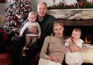 Monacký kníže Albert II. s manželkou Charlene a dvojčátky Jacquesem a Gabriellou na oficiální vánoční fotografii