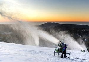 """Na sníh se nečeká, děla """"jedou"""" od kuropění."""