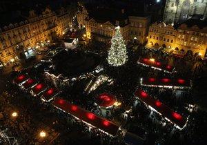 Strom na Staroměstském náměstí se rozsvěcí několikrát denně. A lidem se to líbí.