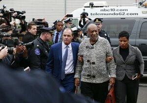 Bill Cosby byl obviněn ze znásilnění. Herec se k soudu dobelhal o holi.