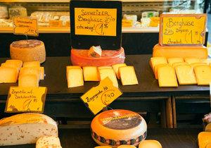 Proč se sýry dobarvují?