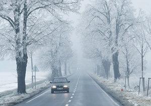 Silničáři varují před mrznoucím mrholením a mlhami v Česku.
