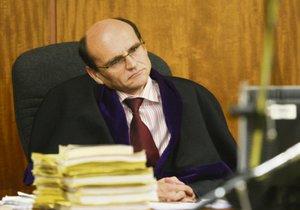 Soudce Elischer je specialistou na nejzávážnější trestné činy.