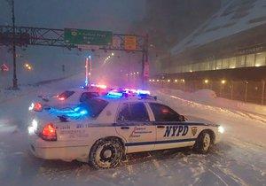 Sníh na východě USA ochromil dopravu i v New Yorku.
