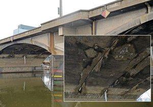 Most je v katastrofálním stavu. Ze spár mostního oblouku vytéká voda.