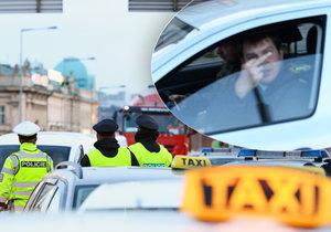 Nespokojení řidiči dávají taxikářům najevo, co si myslí o blokádě dvou jízdních pruhů.