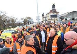 Protestující taxikáři blokují už hodiny magistrálu u pražského Hlavního nádraží.